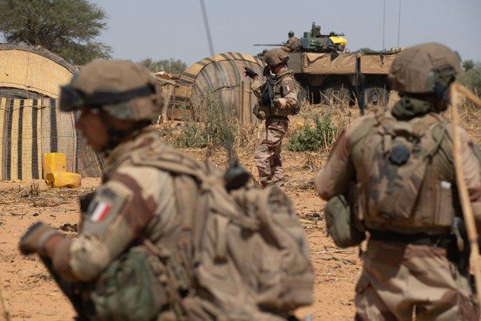 Французские военные во время операции 'Bourgu IV' в западноафриканской республике Буркина-Фасо, ноябрь 2019 года.