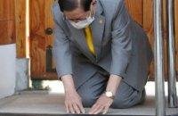 Лидер южнокорейской секты, заразившей тысячи людей коронавирусом, на коленях попросил прощения
