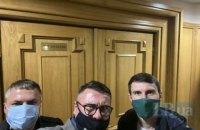 """Нардепи """"Слуги народу"""" на чолі з Арахамією прийшли в Конституційний суд, де проходить закрите засідання (оновлення)"""