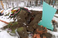 На кладбище в Одесской области вандалы разрыли могилу и устроили посиделки рядом с гробом