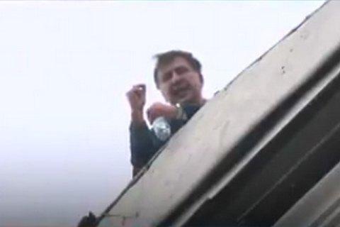 Саакашвілі виліз на дах будинку через обшук у його квартирі (оновлено)