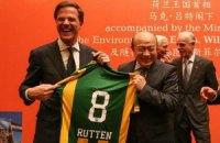Китайцы подарили премьер-министру Нидерландов футболку с ошибкой в фамилии