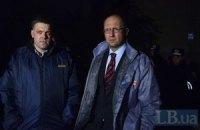 Яценюк и Тягнибок увидели на участках обмороки, беспорядок и закрытые двери