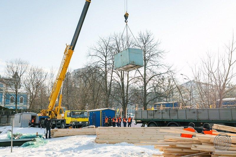 В подготовительные работы входит ограждение забором и размещения строительного городка