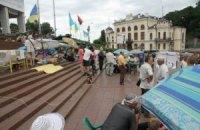 Акцію біля Українського дому намагаються змити водою