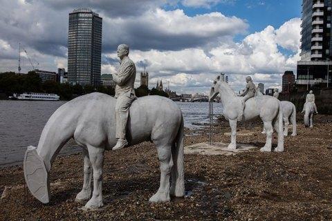 """В Лондоне дважды в день из Темзы появляются """"всадники промышленного апокалипсиса"""""""