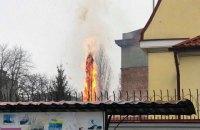 Возле российского консульства в Харькове загорелась елка