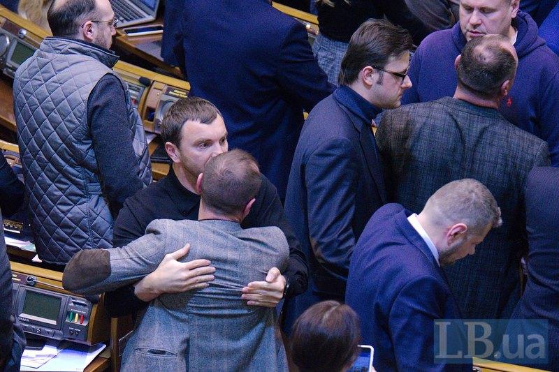 Депутат Андрей Иванчук сдерживает кого-то из депутатов