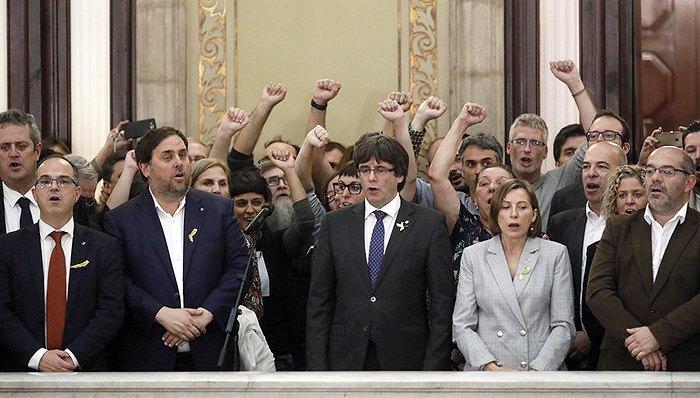 Президент Каталонии Карлес Пучдемон (в центре), вице-президент Ориел Юнкерас (второй слева) и другие парламентарии и члены правительства региона после провозглашения декларации о независимости в парламенте Каталонии, Барселона, 27 октября 2017.