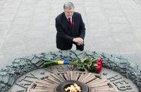 Порошенко: п'ятий рік нащадки переможців нацизму захищають Україну від російської агресії