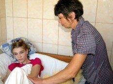 Побиту в Миколаєві Сашу Попову виписують з лікарні
