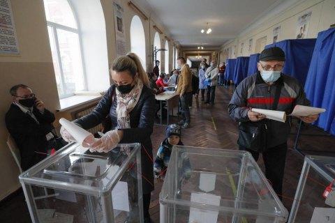 У Києві затримали спостерігача від однієї з політичних партій за підозрою у підкупі виборців