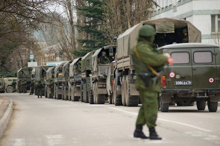 Невідомі озброєні люди у військовій формі блокують українську військову базу в Балаклаві, Крим, Україна, 1 березня 2014