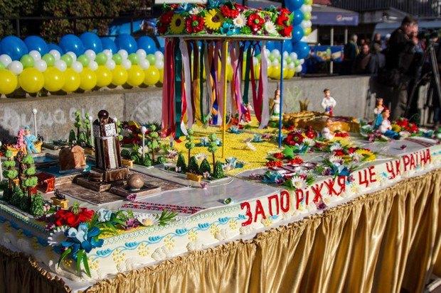 250-килограммовый торт размели за минуты
