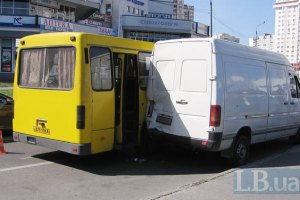 У Києві маршртука потрапила в аварію, постраждали пасажири