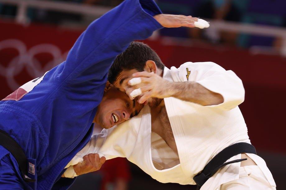 Альберто Гайтеро Мартін (Іспанія) та українець Георгій Зантарая (ліворуч) під час змагань з дзюдо серед чоловіків до 66 кг на Олімпійських іграх у Токіо, 25 липня 2021 р.