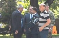 Зеленський різко відштовхнув Полторака на презентації мобільних модулів для військових