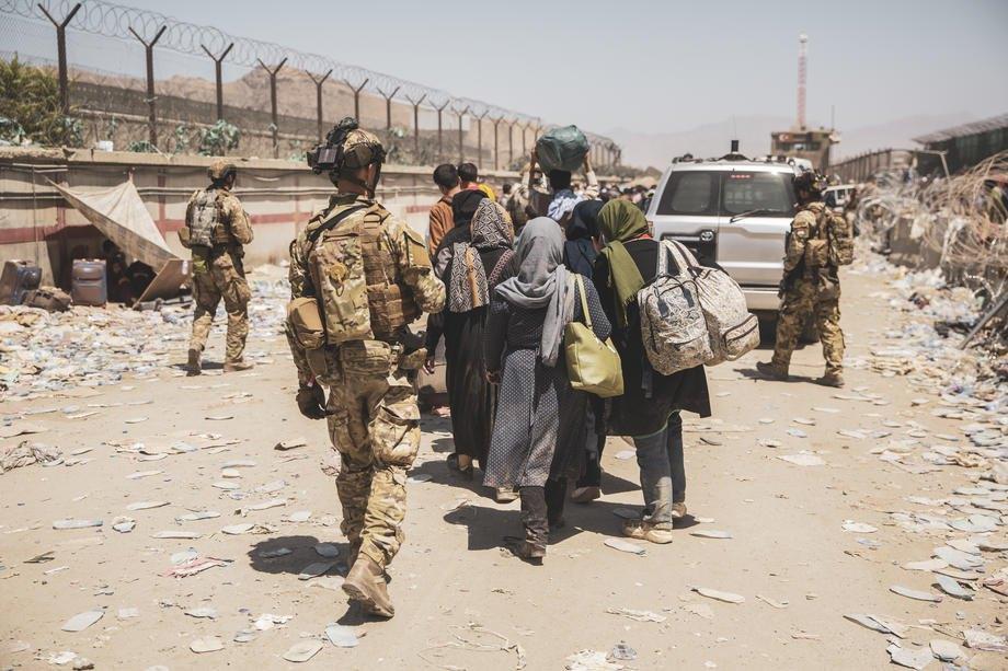 Морські піхотинці армії США супроводжують людей під час евакуації в міжнародному аеропорту Хаміда Карзая, Кабул, Афганістан, 24 серпня 2021 р.