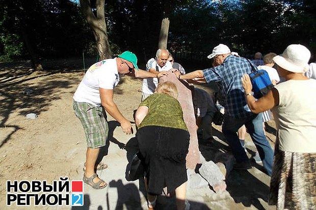 Люди валят камень на месте несостоявшейся закладки капсулы