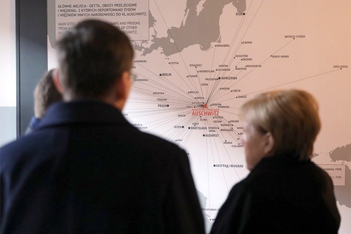 Премьер-министр Польши Матеуш Моравецкий и канцлер Ангела Меркель в музее Аушвиц, 06 декабря 2019