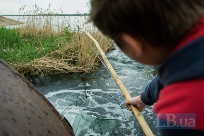 Данік рибалить, щоб мати кошти на підгодівлю безпритульних тварин