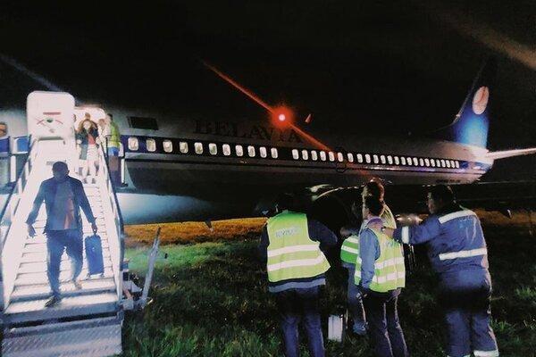 Ваэропорту Киева самолет спассажирами выкатился запределы взлетно-посадочной полосы
