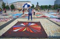 Софійську площу вкрили меморіальними полотнами у пам'ять про загиблих від СНІДу