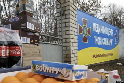 """""""Сьогодні вже понесли до санаторію цукерки, фрукти. Ми ж тут не такі звірі, як про нас кажуть"""". Репортаж із Нових Санжар"""