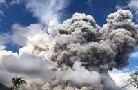 В Индонезии вулкан выбросил в небо гигантское облако пепла