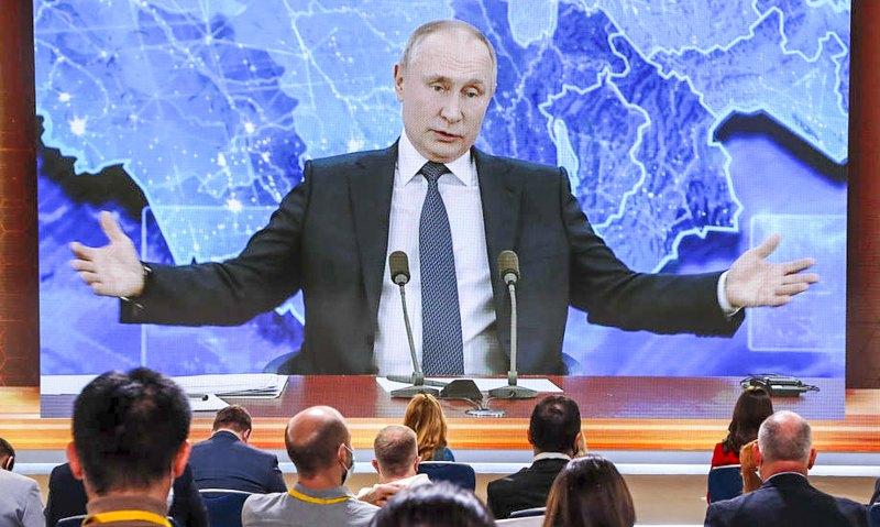 Владимир Путин общается с журналистами во время ежегодной пресс-конференции по видеосвязи из резиденции Ново-Огарево, Россия, 17 декабря 2020 года