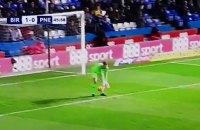 В английском Чемпионшипе вратарь пропустил гол между ног после удара с центра поля