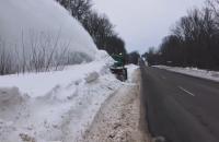 """В """"Укравтодорі"""" показали чудо-техніку, яка зрізає снігові вали на дорогах"""