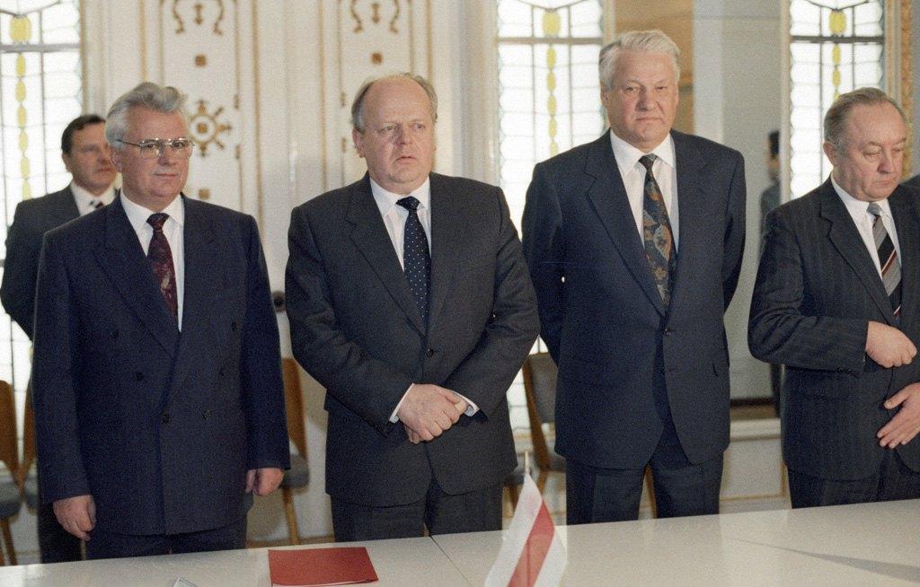Леонід Кравчук, Станіслав Шушкевич і Борис Єльцин після підписання Договору про створення СНД, Біловезька пуща (Білорусь). 8 грудня 1991 року.