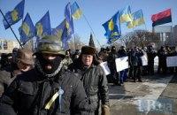 Под Деснянской райадминистрацией в Киеве около 1000 человек требуют у чиновников поддержать мирный протест
