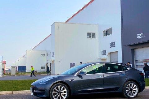 Tesla починає продажі електрокарів, вироблених у Китаї