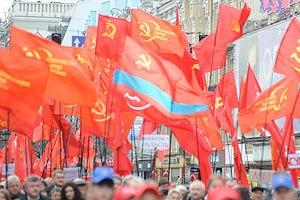 Коммунисты в Киеве казнили картонных Шухевича и Бандеру