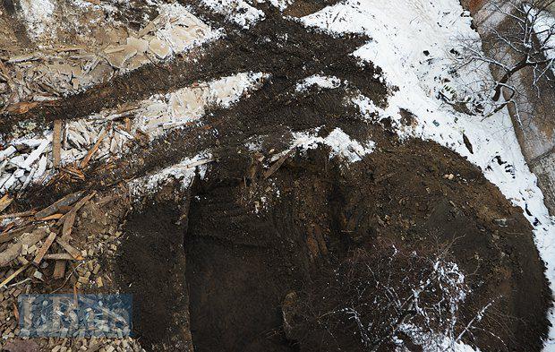 УПЦ КП утверждает, что археологические раскопки продолжаются. Вот так нынче выглядят археологические раскопки (смотреть на яму)