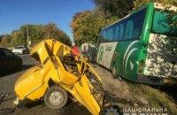 """На трассе Мерефа-Харьков """"Жигули"""" врезались в автобус, погиб один человек"""