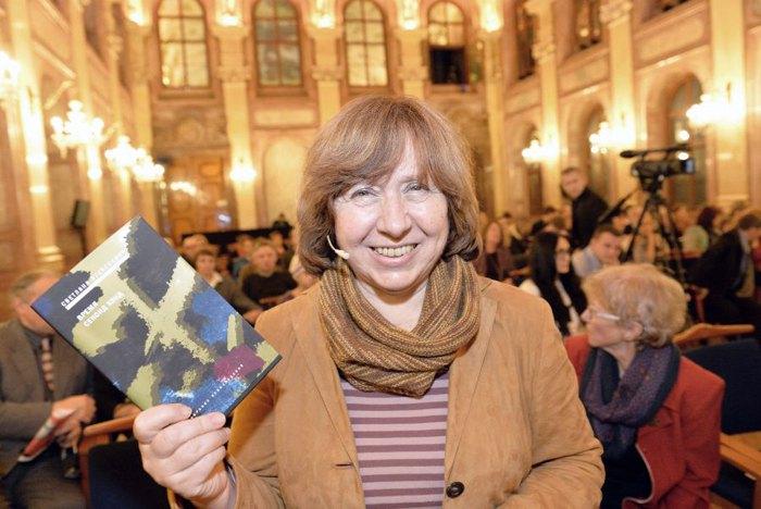 Светлана Алексиевич со своей книгой 'Время секонд хенд'
