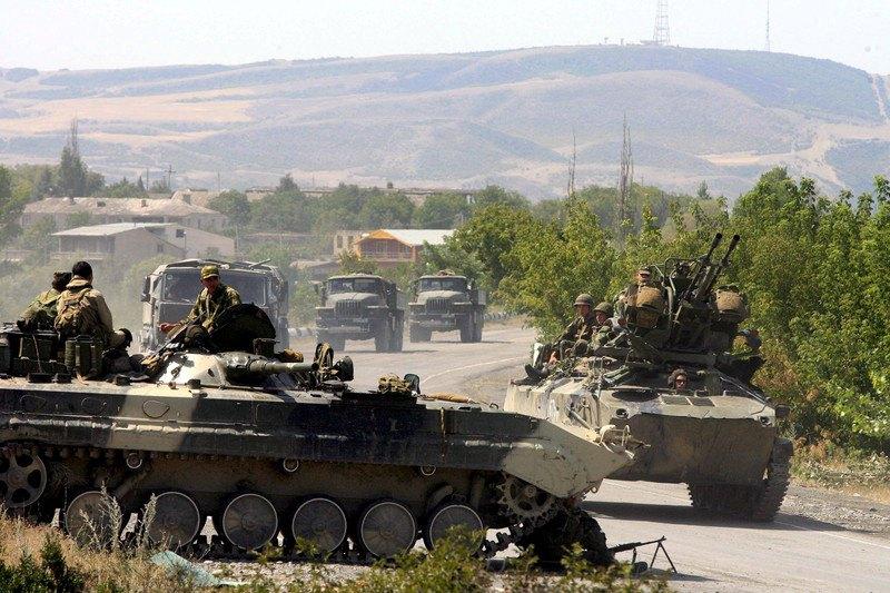 Російський військовий конвой на дорозі, що веде до м. Горі, Грузія, 18 серпня 2008 року
