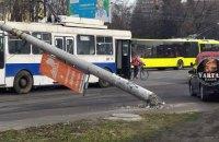 Во Львове две электроопоры упали на автомобили и троллейбус
