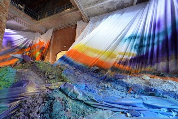 """Работа немецкой художницы Катарины Гроссе """"Untitled Trumpet"""" в основном проекте биеннале"""