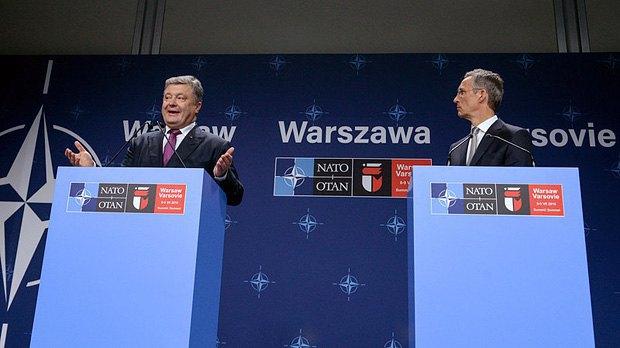 Президент Украины Петр Порошенко и Генеральный секретарь НАТО Йенс Столтенберг на саммите НАТО в Варшаве, 09 июля 2016 года
