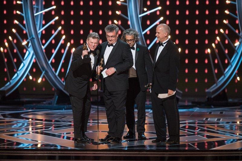 """Ричард Р. Гувер, Герд Нефзер, Пол Ламберт и Джон Нельсон получили свой Оскар за лучшие визуальные эффекты в """"Бегущий по лезвию 2049""""."""