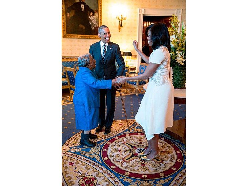 Барак и Мишель Обама танцуют со 106-летней Вирджинией МакЛорин в Белом доме. 18 февраля 2016 года