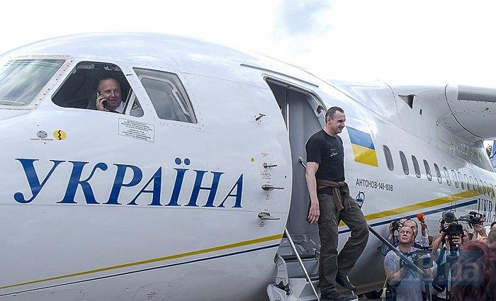 Олег Сенцов спускается по трапу после приземления в Борисполе, 7 сентября 2019.