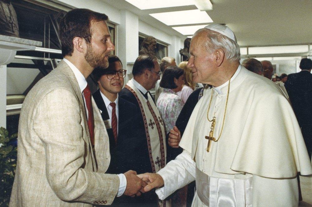 З Папою Римським Іваном Павлом II у Римі під час зустрічі Папи з українськими паломниками.Борис Ґудзяк був ведучим цієї зустрічі. Липень 1988 року