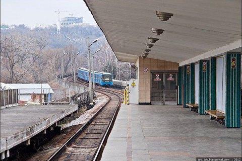 "На ""Гидропарке"" с рельсов метро подняли мужчину"