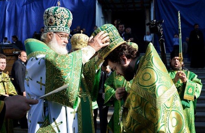 Патриарх Кирилл и иеромонах Антоний (Севрюк) во время возведения его в сан архимандрита, Санкт-Петербургская Духовная Академия