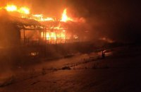 На Подоле ночью дотла сгорел недействующий дебаркадер